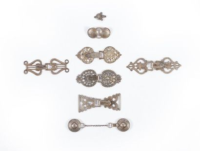 Environ vingt-deux boucles de chape en argent (180 g.) et six boucles en métal.