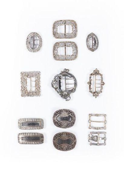 Environ vingt-quatre boucles en argent (423 g.) et treize en métal.