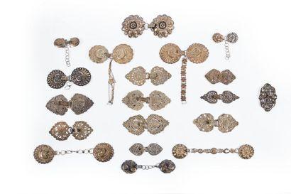 Dix-huit boucles de chape en argent (470 g.) et une boucle en métal.