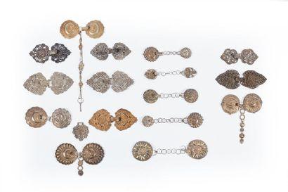 Treize boucles de chape en argent (314 g.)...