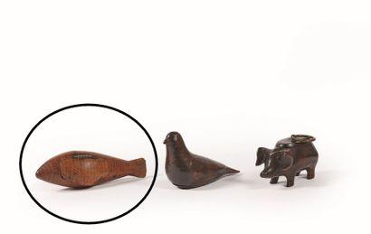 Tabatière en forme de truite en bois fruitier, rehaussée de rangs de petits points...