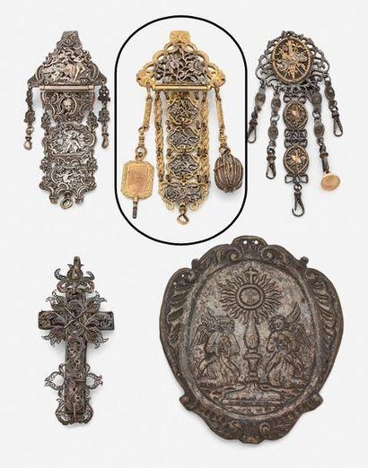 Châtelaine en métal argenté et doré, à décor...