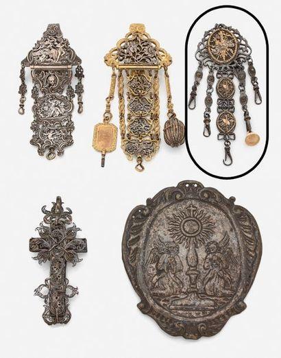 Châtelaine en métal et pomponne, à décor...