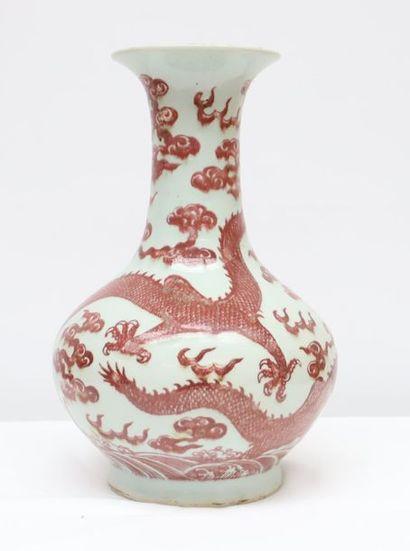 Vase porcelaine Rouge de fer Vase de forme Yuhuchuping en porcelaine blanche décorée...