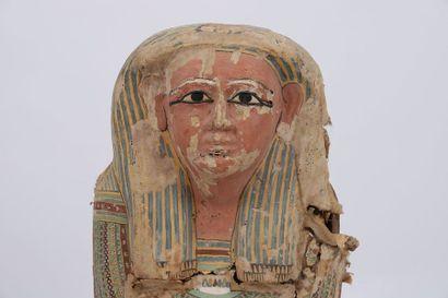 Sarcophage anthropoïde  En bois entoilé et peint d'un portrait à visage dont l'origine...