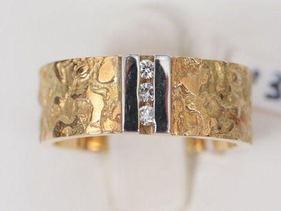 Bague anneau  En Or jaune martelé 18k, centrée...