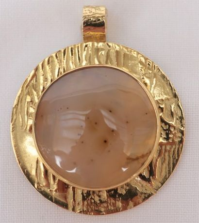 Important pendentif rond  En Or jaune martelé...