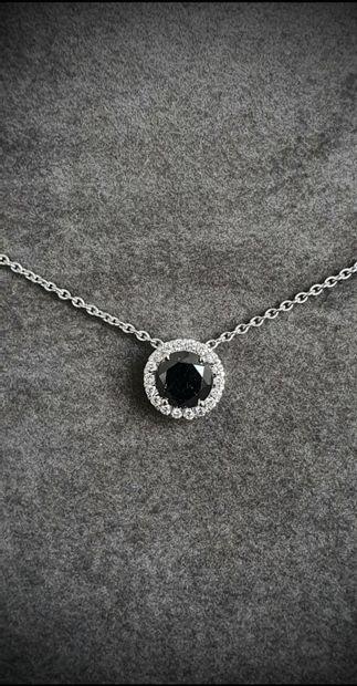 Pendentif en or blanc centré d'un rare diamant...