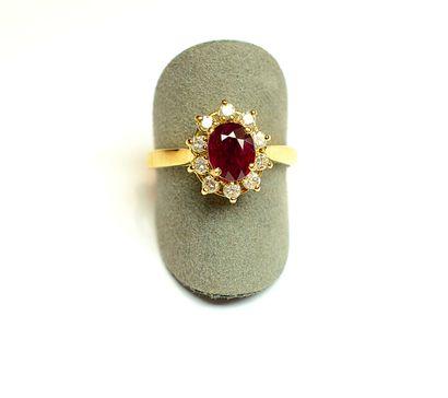 Bague en or jaune centrée d'un rubis ovale...