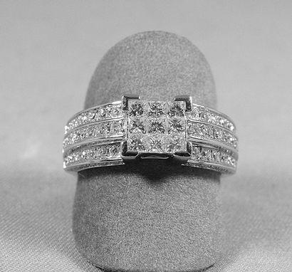 Belle bague sertie en son centre de 9 diamants...