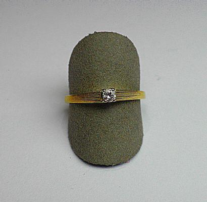 Solitaire en or jaune serti d'un diamant...