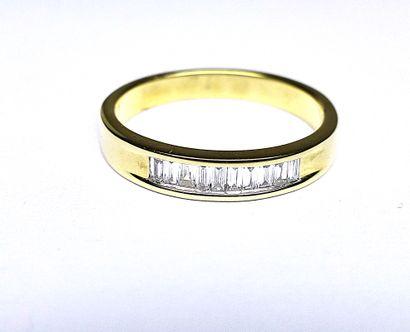Alliance en or jaune rail sertie de diamants...