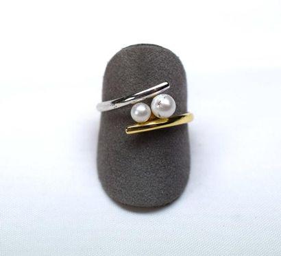 Bague bicolore croisée ornée par 2 perles...