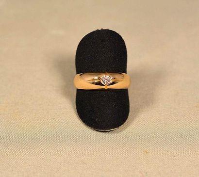 Jonc anglais or jaune serti d'un diamant...