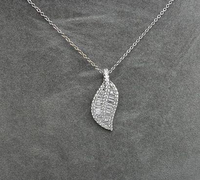 Un pendentif forme feuille serti de diamants...