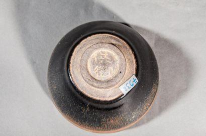 Coupelle Temoku de forme Lianzi en grès porcelaineux à couverte ocre brun tacheté....