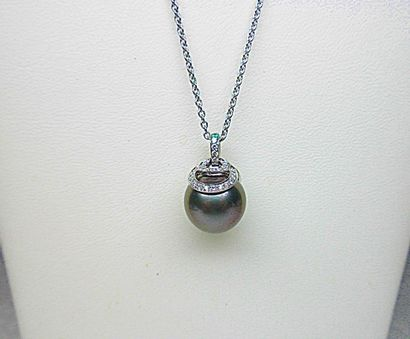 Pendentif or blanc soutenant une perle de...