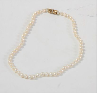 Un collier de perles fines  Fermoir or jaune...