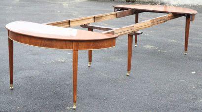 Importante table de salle à manger de château Louis XVI Table ronde comprenant deux...