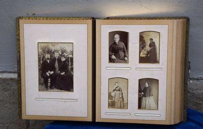 ALBUM de photographies anciennes. Fin XIX...