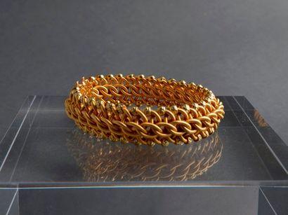 BRACELET articulé en or jaune 18K en mailles tressées imitant un cordage.  Long...