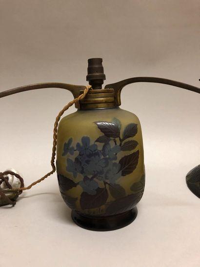 ÉTABLISSEMENTS GALLÉ (1904-1936). Lampe en verre multicouches dégagé à l'acide à...