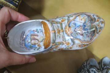 MOUSTIERS Chaussure à boucle à décor polychrome sur le dessus d'une scène mythologique...