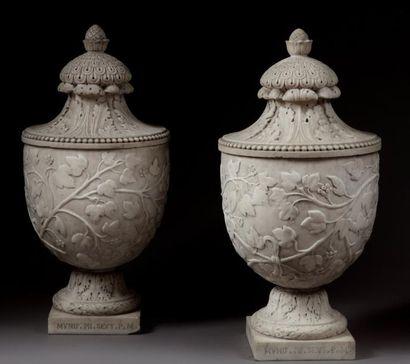 Paire de vases ovoïdes en marbre blanc décoré d'une frise tournante de lierre, le...