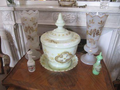 Ensemble de vases, pot couvert et deux flacons,...