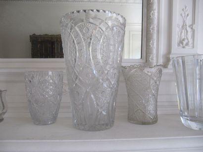 Trois vases en cristal taillé (acc.)