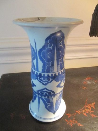Vase cornet en porcelaine à décor bleu blanc...