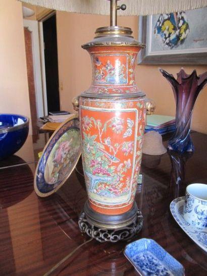 Paire de vases en porcelaine à fond corail...