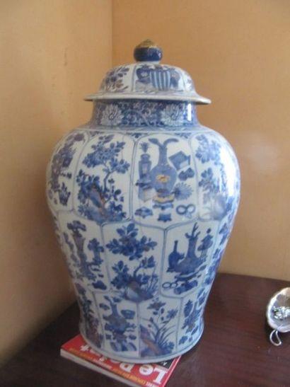 Grande pot couvert de forme balustre en porcelaine...