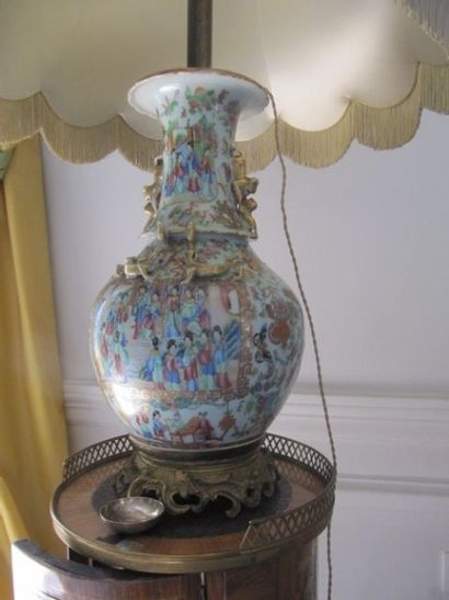 Vase en porcelaine de Canton à décor de scènes...