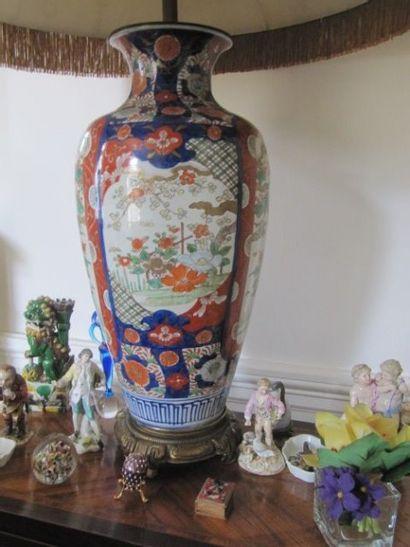 Paire de vases oblongs en porcelaine Imari...