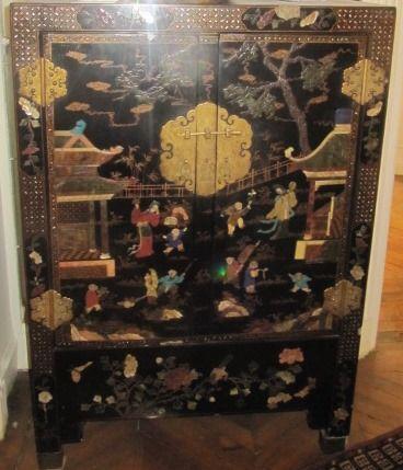 Paire de cabinets en laque à décor polychrome...