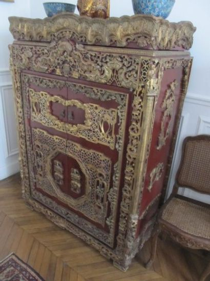 Cabinet ouvrant à deux vantaux composés de panneaux anciens en bois sculpté et ajouré....