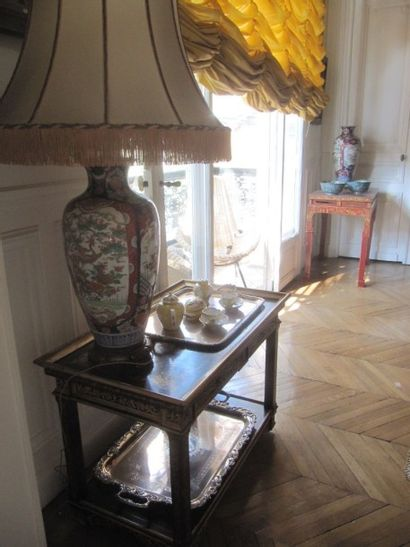 Table roulante en bois laqué rouge et décor...