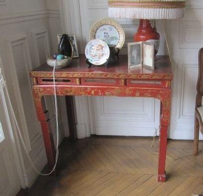Table en bois en laque rouge décor or. Chine,...