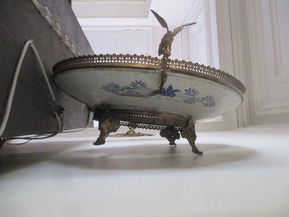 Grand plat en porcelaine Imari monté en bronze, galerie ajourée et prises en dragon....
