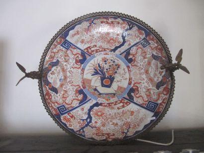 Grand plat en porcelaine Imari monté en bronze,...