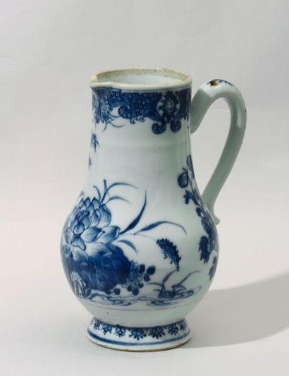 Verseuse en porcelaine à fond blanc à décor...