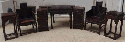 CHINE Important ensemble de mobilier en bois exotique richement sculpté de dragons...