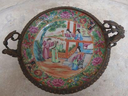 Assiette montée en présentoir en porcelaine de Canton, à décor de scène du palais,...