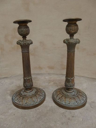 Paire de bougeoirs en bronze, fût en colonne...