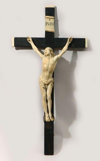 Christ en ivoire sculpté, Croix en bois noirci,...