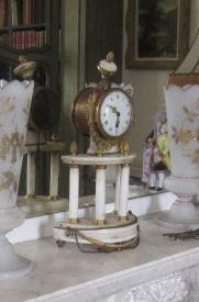 Petite pendule portique en marbre blanc et...