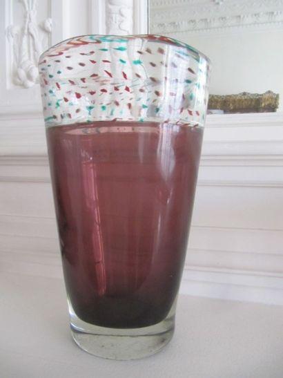 Vase en verre grenadine à col transparent....