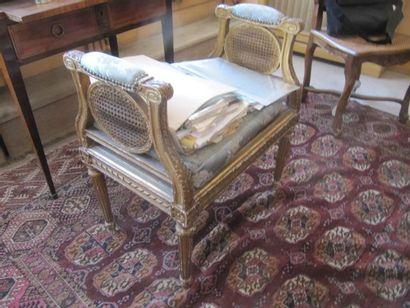 Banquette en bois sculpté et doré, assise...