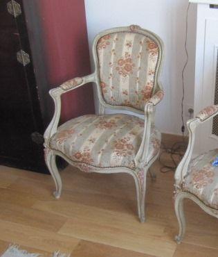 Paire de fauteuils cabriolets en bois mouluré...